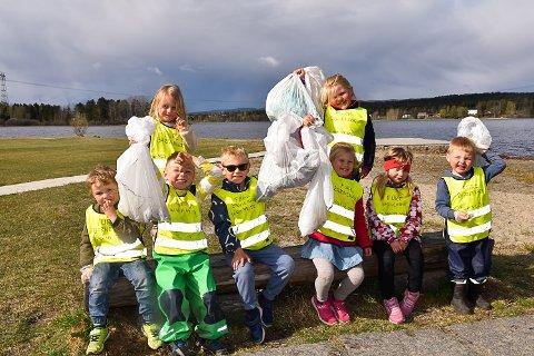 PAUSE: Det er godt med en liten pause underveis. Her viser barna stolt frem søppelet de har plukket så langt.