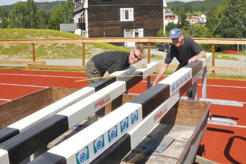 DUGNADSHJELP: Egil Lindbo og John Lager justerte hinderne før junior-NM i 2012. Nå skal Sigdal Friidrettsklubb arrangere mesterskapet igjen og trenger mange frivillige hender.