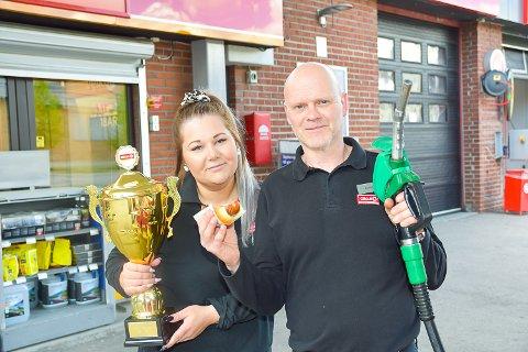 GOD SERVICE: Alisa Cheriny og daglig leder Øyvind Steinsett gir kundene en god opplevelse uavhengig om de trenger hjelp med bilen eller ønsker å kjøpe mat.