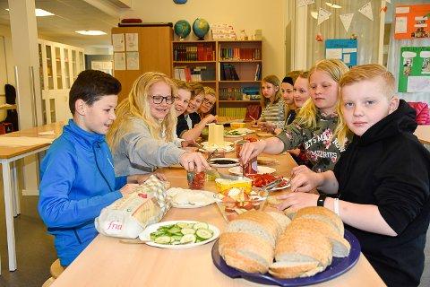 LAGDE MATPAKKER: Elevene på Eggedal skole hadde smøring av brødskiver på timeplanen akkurat denne dagen.