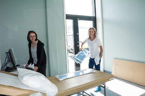 FLYTTER INN: Fire leger er i ferd med å flytte inn i Fjordbyen legesenter, blant andre Jeanette Larsson (t.v.) og Birgit Flattum Muggerud. Her er de i akuttrommet, som har egen utgang til ambulanse.