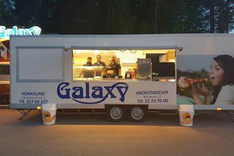 MIDLERTIDIG LØSNING: En salgsvogn er på plass i Hokksund.
