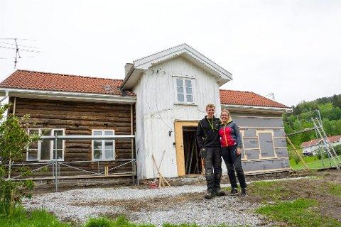 STOPPET: Anine Berget Grøterud og Wilhelm Krogstad ble stoppet av byggesaksavdelingen i Modum kommune, etter at de hadde lest Bygdeposten.