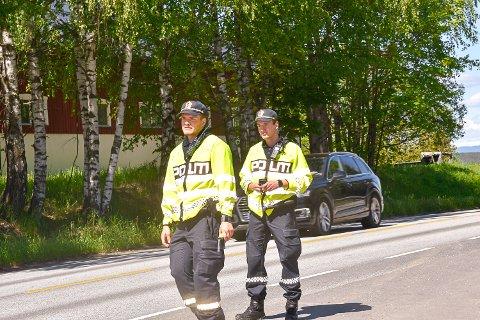 PROMILLEKONTROLL: Det var politistudentene Nicolai Quist og Simon Guttormsen som fikk bilistene til å blåse fredag.