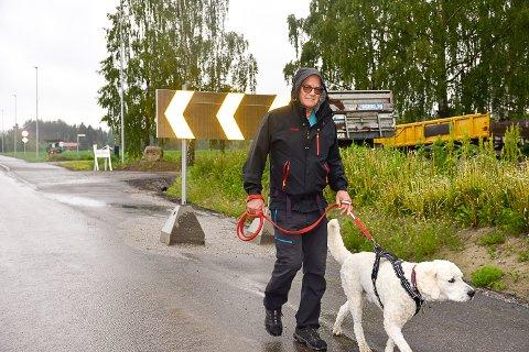 HELT TOPP: Asle Bronstad og hunden Birk går ofte turer langs Badeveien i Vikersund. Derfor syns de det er det helt topp at arbeidet med  gang- og sykkelveien står på trappene.