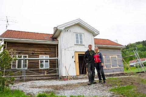 STOR JOBB: Anine Berget Grøterud og Wilhelm Krogstad gjør det meste av jobben på huset selv.