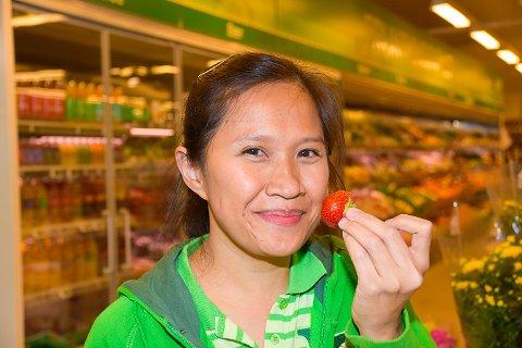 SATSER: På Kiwi i Vikersund toppet salget av jordbær seg forrige uke. – Det er utrolig moro sier assisterende butikksjef Ginie Whitebear.