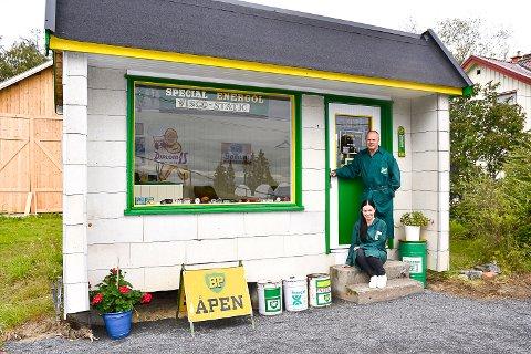 RESTAURERT: Lene Ellingsen Hovlund og Øivind Thon har restaurert den gamle bensinstasjonen på Sysle.