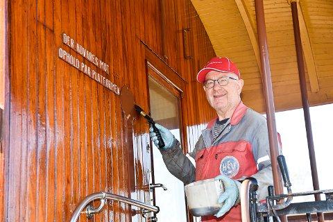 FERIE: Dagfinn Lunner bruker ferien sin på frivillig arbeid på Krøderbanen.