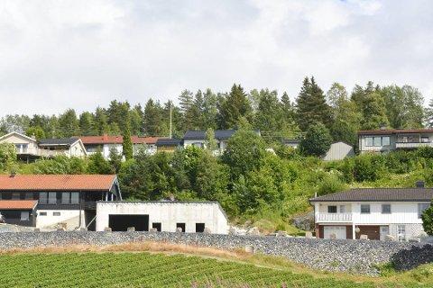 TRØBBEL I MIDTEN: Helge Thorby som bor til høyre beskriver naboens garasje som en betongkloss. Nå har Ole Christian Mikkelsen fått medhold av Fylkesmannen til å ferdigstille garasjen.