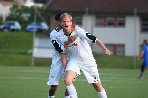 KVELDENS HELT: Sander Johansen tiljubles av lagkamerat Brahim Boustta.