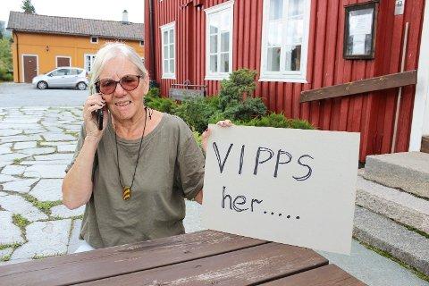 HER ER DET DEKNING: Birgit Midtgård, nestleder i Bakke Bygdekvinnelag, har skiltet klart til høstmarket i september.