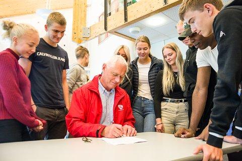 Ordfører Ståle Versland signerte klimakontrakt i unge vitners nærvær på Buskerud vgs, avd. Rosthaug fredag.