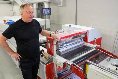 TRYKKER TIL HELE NORGE: Harald Midtskogen følger prosessen i en av maskinene.