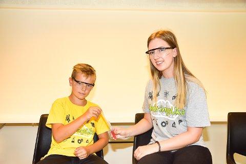 DNA-SMYKKE: Hanna Sofie Kjemperud hjelper Sverre Aasand å lage DNA-smykke.