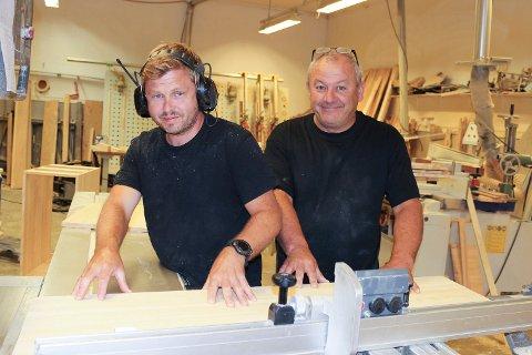 HAR BLITT TO: Steinar Bjerkerud (f.v.) og Knut Erik Nilsen på Bjørøya snekkerverksted lager her et hyttekjøkken.