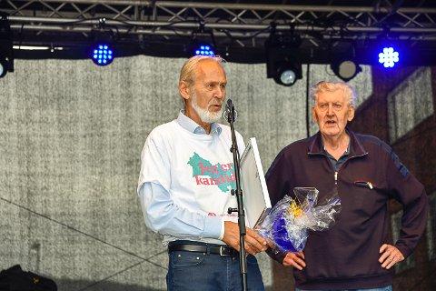 FIKK PRIS: Terje Bråthen fikk prisen av Hroar Fossen, leder i Vikersund vel.