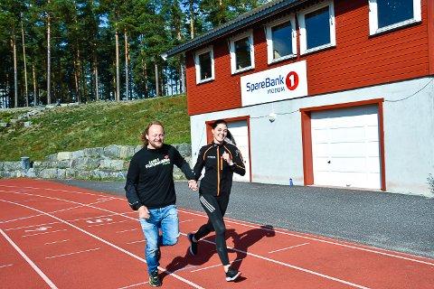 LØP FOR VANN: Per Bjørnar Gundersen Bottegård fra Furumomila og Christina Indresæter fra Sparebank 1 Modum er klare for å løpe for en god sak.
