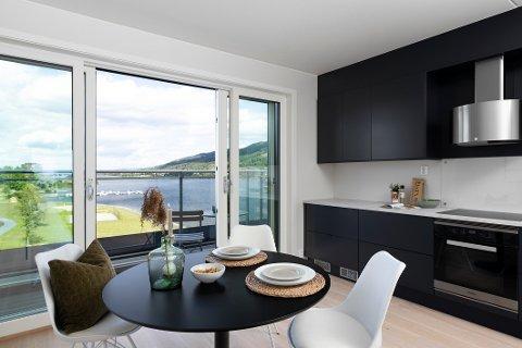 HØY KVALITET: Selgeren av leiligheten – som ikke har rukket å bo i den – har brukt penger på ekstra høy kvalitet, som et oppgradert kjøkken i forhold til den normalen standarden i Fjordbyen Atrium.