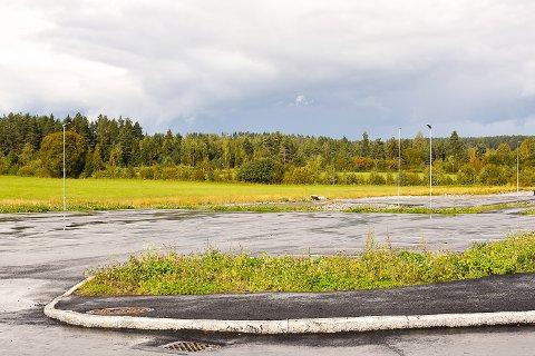 URØRT: Parkeringsplassen som er ment for ansatte og foreldre til barn på Stalsberg skole står fortsatt urørt et halv år etter den sto klar.