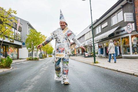 STRÅLENDE FORNØYD: Redaktør Knut Bråthen kan trygt finne fram igjen sin «avisdress» etter at Bygdeposten for første gang siden 2010 har over 6.500 abonnenter.