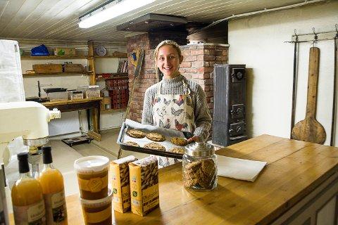 Hedda Ludvigsen (14) er allerede dreven ekspeditør og kjeksbaker i gårdsbutikken på Viker gård.
