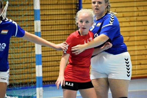 LITEN MOT STOR: Malin Aurora Raaen (16) kjempet heltemodig for Vikersund. Både med å peppe opp lagkameratene sine  og ute på banen. Her er hun i kamp inne på streken mot Konneruds forsvarsspiller Martine Mazza Bardalen.