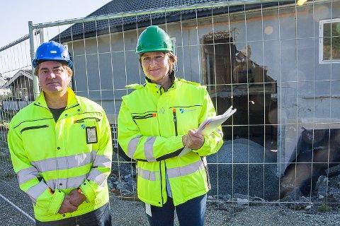 FULL STOPP: Arbeidet med denne boligen i Modum har fått stoppordre etter tilsyn. Saksbehandler Frode Brokhaug og tilsynsleder Irene Tronrud.