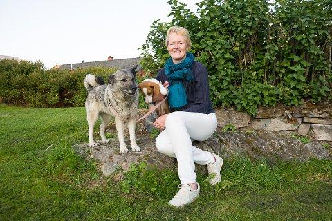TURGLAD: Sunni Grøndahl Aamodt er svært glad i å ut på tur i skog og mark - og elghunden Turte og drevervalpen Tutta er gode følgesvenner.