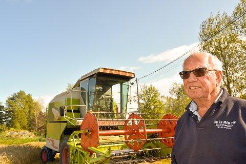 ARBEIDSKAR: Svein Haugerud har kosa seg med arbeid hele livet og trives med tresking av korn.