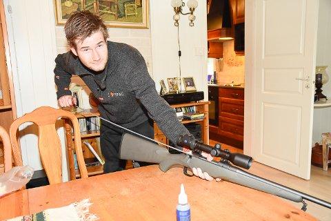 FORBEREDELSER: Hans André Tandberg pusser våpenet og passer på at alt er klart før årets elgjakt setter i gang.