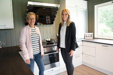 FIKK RÅD: Brith Moen Hauge fra Åmot var innom Crown Modum på åpningsdagen. Hun vurderer å bytte kjøkkenet fra 70-tallet og fikk råd og inspirasjon av Tonje M. Kristoffersen.