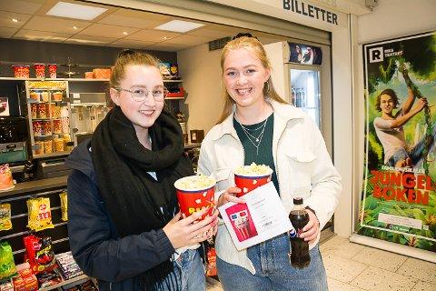 Karoline Myro (18) og Ylva Aamodt (17) var to av tre førstegangsvelgere som benyttet seg av tilbudet om gratis popcorn og brus på debatten i kulturhuset.
