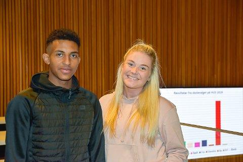 VALGVAKE: Iasin Gana (15) er på valgvake på Hokksund ungdomsskole i kveld. Her sammen kontaktlærer Henriette Berget.