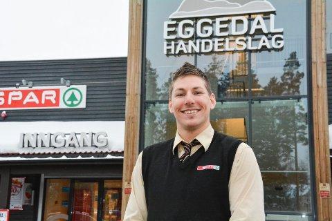 VELDIG BLID SJEF: Thomas Johnsen, butikksjef for Spar Eggedal lever av turistene. Derfor har de som mål å bli enda større.