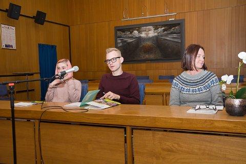 Nathalie Røe Austgulen (t.v.), Adrian W. Kjølø Tollefsen og Anne Magnus presenterte oppgaveutvalgets forslag til skolestruktur i Øvre Eiker.
