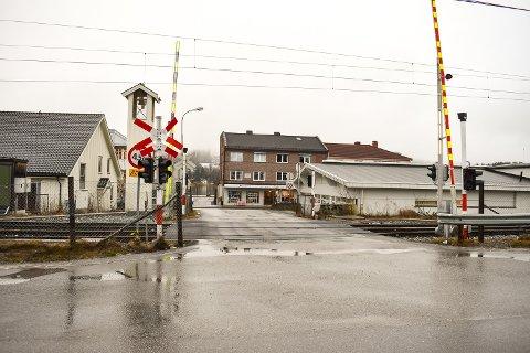 HER SKJEDDE DET: Ved denne overgangen i Vikersund, rett etter Vikersund stasjon, skjedde ulykken der en mann i 30-årene omkom i januar i fjor..