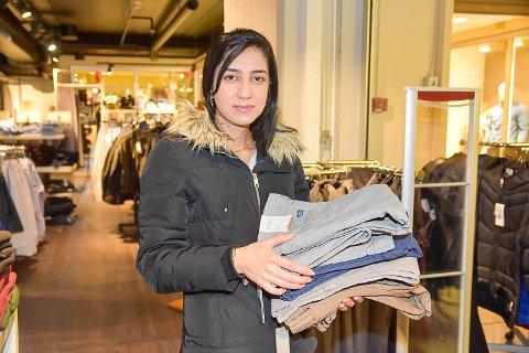 BÆREHJELP: Aya Karho tok turen fra Sigdal sammen med kjæresten for å hjelpe han å finne bukser.