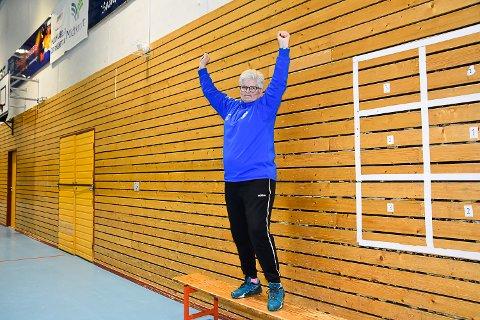 KLARER IKKE SITTE STILLE: Grethe Ingebretsen er ikke kjent for å sitte stille når Åmot spiller kamper.  – Man skal være engasjert på sidelinjen, forteller hun.