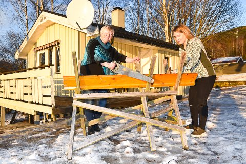 AKTIVITETSHUS: Gunn Beate Plassen og  Linn Therese Svendsrud skal lage et aktivitetshus for ungom i annekset bak dem. I kjelleren planlegger de snekkerverksted.