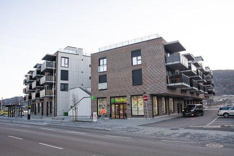 SELGES: Næringslokalene der Vitus Apotek, Bygdeposten og Gjensidige holder til, skal selges.