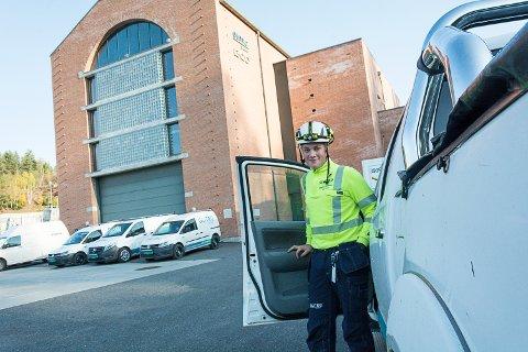 HELDIG: – Jeg føler meg heldig, slår Markus Bakken fast. Med lærlingplassen følger også en servicebil. Her er han utenfor Embretsfoss 4, som sto ferdig i 2013.