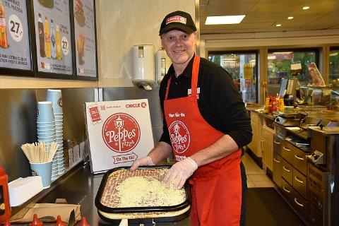SPENNENDE: Daglig leder ved Circle K i Åmot, Øyvind Steinsett syns det blir spennende å se hvordan pizza-salget kommer til å gå.