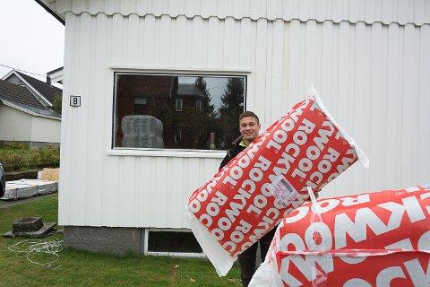 KJØPT HUS: Jonas Olsen Skretteberg har nylig fylt 20, men er allerede huseier. Han har nettopp fått en leveranse av Rockwool og gipsplater til oppussingsobjektet i Åmot.