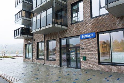 SOLGT: Næringsseksjonene der Bygdeposten, Vitus Apotek og etter hvert Gjensidige holder hus, er solgt for 15,5 millioner kroner.