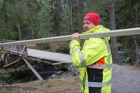 MENINGSLØST: Snorre Sønju forteller at parkvesenet kommer til å arbeide på brua i alle fall ut denne uka. Han beskriver hærverket som meningsløst og frustrerende.