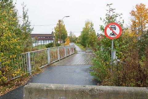UBEHAGELIG OPPLEVELSE: Tirsdag ettermiddag forsøkte to fremmede personer i en bil å få kontakt med et par elever som var på vei hjem fra Vikersund skole.