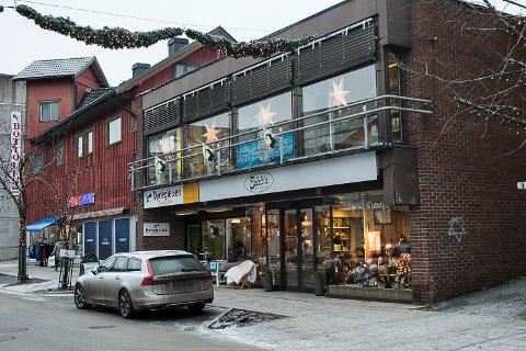 SELGES: Forretningsbygget i Vikersundgata er lagt ut for salg.