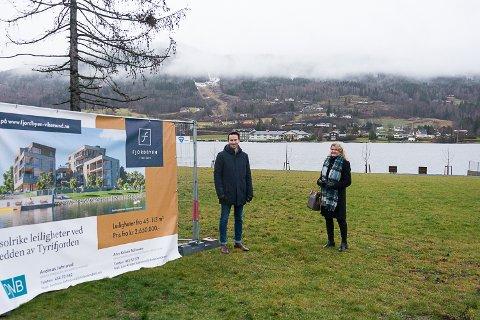 STARTSKUDDET: Tirsdag denne uka gikk startskuddet for salget av de 16 leilighetene i Fjordbyen Brygge. Prosjektsjef Per Olav Dahl Hegge og eiendomsmegler Ann Kristin Salvesen har hatt mange henvendelser fra interesserte allerede.