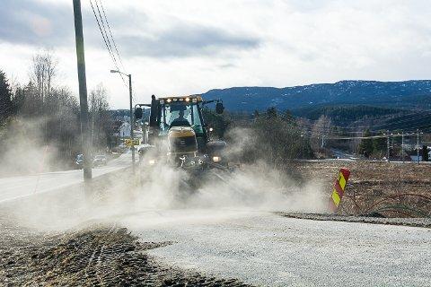 VÅRPUSS: Arne Skretteberg i Modum kommune var i gang med vårpussen på gang- og sykkestier mandag.